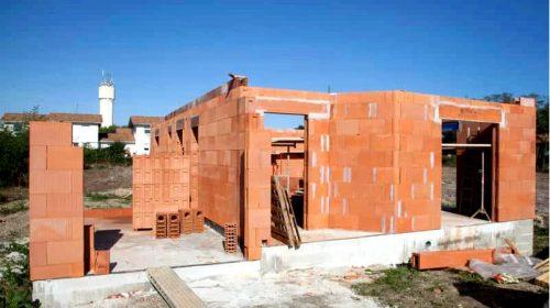 Из чего построить дом из ячеистого бетона, силикатного или керамического пустотелого кирпича